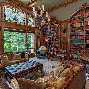 他の地域のトラディショナルスタイルのおしゃれなホームオフィス・書斎 (ライブラリー、グレーの壁、自立型机、ベージュの床) の写真
