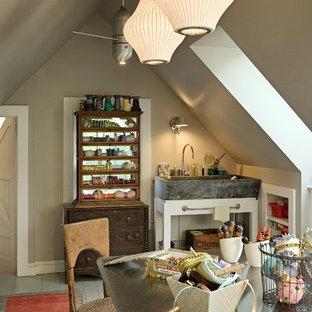 Неиссякаемый источник вдохновения для домашнего уюта: кабинет в классическом стиле с деревянным полом и серым полом
