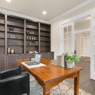 Inspiration för ett mellanstort amerikanskt hemmabibliotek, med beige väggar, klinkergolv i porslin och ett fristående skrivbord