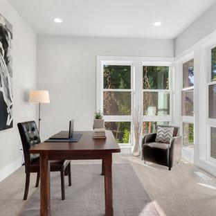 シアトルの中くらいのコンテンポラリースタイルのおしゃれな書斎 (グレーの壁、カーペット敷き、自立型机、グレーの床) の写真
