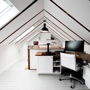 Esempio di un ufficio chic di medie dimensioni con pareti bianche, pavimento in legno verniciato, scrivania incassata, pavimento grigio e nessun camino