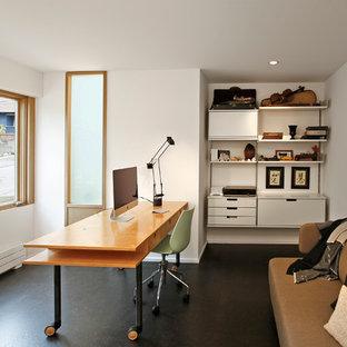 シアトルの中くらいのミッドセンチュリースタイルのおしゃれな書斎 (コルクフローリング、白い壁、暖炉なし、造り付け机) の写真