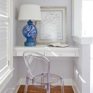 Esempio di un piccolo studio tradizionale con pareti viola, pavimento in legno massello medio e scrivania incassata