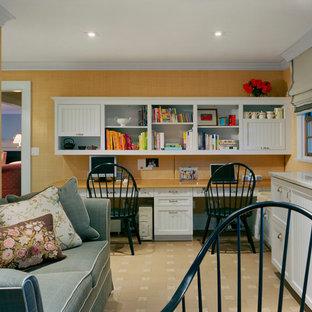 ニューヨークの中サイズのトラディショナルスタイルのおしゃれな書斎 (オレンジの壁、セラミックタイルの床、暖炉なし、造り付け机、ベージュの床) の写真