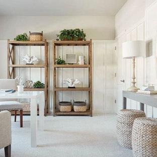 Foto di un ufficio stile marino con pareti bianche, moquette, nessun camino, scrivania autoportante e pavimento beige
