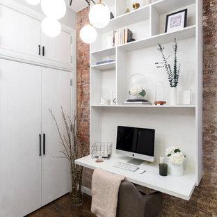 Immagine di un piccolo ufficio contemporaneo con parquet scuro e scrivania incassata