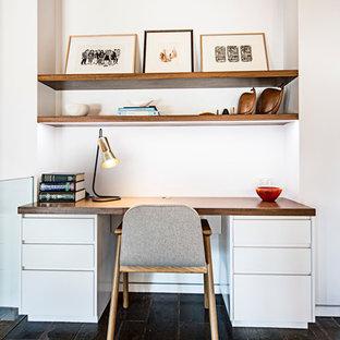 Idées déco pour un bureau scandinave de taille moyenne avec un mur blanc, un sol en ardoise, une cheminée standard et un manteau de cheminée en plâtre.