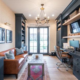 Foto di un ufficio country con pareti beige, pavimento in legno massello medio, scrivania incassata e pavimento marrone