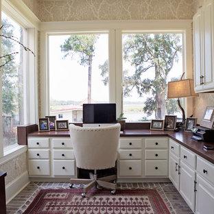 Foto di un ufficio classico di medie dimensioni con pareti beige, pavimento in mattoni, nessun camino e scrivania incassata