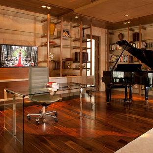 Diseño de despacho actual con suelo de madera oscura y escritorio independiente