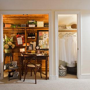 Inspiration pour un petit bureau style shabby chic avec moquette et un bureau indépendant.