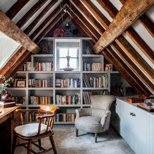 サリーの小さいカントリー風おしゃれなホームオフィス・仕事部屋 (ライブラリー、グレーの壁、カーペット敷き、自立型机、グレーの床) の写真