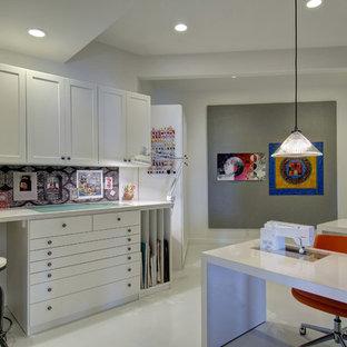 Klassisk inredning av ett mellanstort hobbyrum, med grå väggar, klinkergolv i porslin, ett inbyggt skrivbord och vitt golv