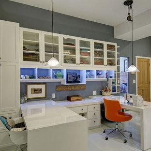 デンバーの中サイズのトランジショナルスタイルのおしゃれなクラフトルーム (グレーの壁、磁器タイルの床、暖炉なし、造り付け机、白い床) の写真