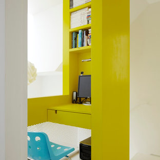 Ispirazione per un piccolo ufficio contemporaneo con pareti gialle, scrivania incassata e pavimento bianco