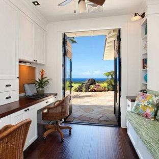 ハワイの中サイズのビーチスタイルのおしゃれな書斎 (白い壁、竹フローリング、造り付け机、黒い床、暖炉なし) の写真