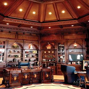 Esempio di un grande ufficio classico con pareti marroni, pavimento con piastrelle in ceramica, nessun camino e scrivania autoportante
