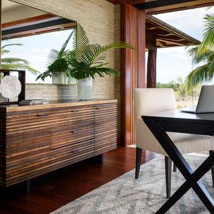 ハワイの広いトロピカルスタイルのおしゃれなホームオフィス・書斎 (濃色無垢フローリング、自立型机) の写真