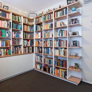メルボルンの巨大なコンテンポラリースタイルのおしゃれな書斎 (白い壁、カーペット敷き、造り付け机、暖炉なし) の写真