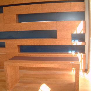 Idee per un ufficio contemporaneo di medie dimensioni con pareti beige, pavimento in legno massello medio, stufa a legna, cornice del camino in intonaco, scrivania autoportante e pavimento beige