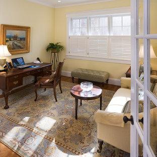 Неиссякаемый источник вдохновения для домашнего уюта: кабинет в классическом стиле с желтыми стенами, темным паркетным полом и отдельно стоящим рабочим столом