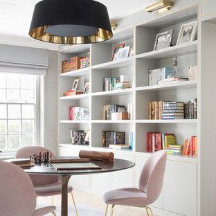 ロンドンのトランジショナルスタイルのおしゃれなホームオフィス・仕事部屋 (ライブラリー、淡色無垢フローリング、ベージュの床、グレーの壁) の写真