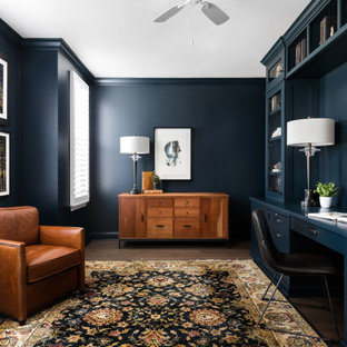 Inspiration för klassiska hemmabibliotek, med blå väggar, mörkt trägolv och ett inbyggt skrivbord