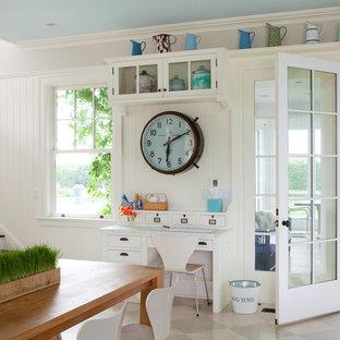 Idee per un piccolo ufficio classico con pareti bianche, pavimento in legno verniciato e scrivania incassata