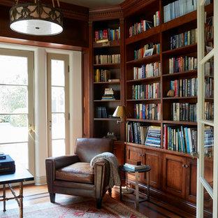 Idées déco pour un bureau méditerranéen avec un mur marron, un sol en bois brun, un bureau indépendant et un sol marron.