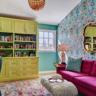 Источник вдохновения для домашнего уюта: домашняя библиотека в стиле фьюжн с разноцветными стенами и отдельно стоящим рабочим столом