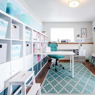 シアトルの小さいトランジショナルスタイルのおしゃれなクラフトルーム (白い壁、ラミネートの床、造り付け机) の写真