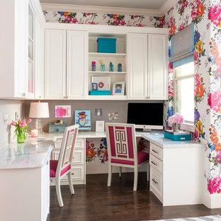 Idee per un ufficio tradizionale con pareti multicolore, parquet scuro e scrivania incassata