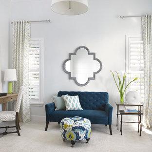 マイアミの小さいトランジショナルスタイルのおしゃれな書斎 (白い壁、暖炉なし、自立型机、磁器タイルの床) の写真