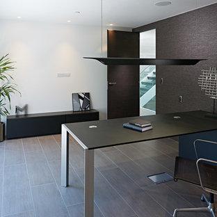 Ispirazione per un grande ufficio design con pareti bianche, pavimento in gres porcellanato e scrivania autoportante