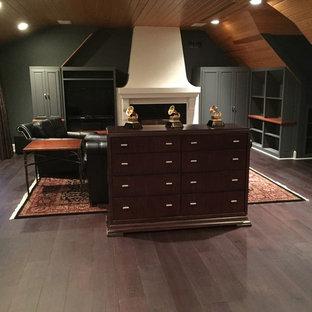 ミネアポリスの広いコンテンポラリースタイルのおしゃれなアトリエ・スタジオ (緑の壁、濃色無垢フローリング、標準型暖炉、漆喰の暖炉まわり、造り付け机) の写真