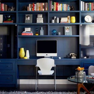 Идея дизайна: рабочее место в современном стиле с синими стенами, темным паркетным полом и встроенным рабочим столом