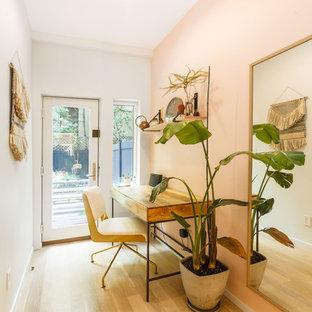 Aménagement d'un petit bureau scandinave avec un mur multicolore, un sol en bois clair et un bureau indépendant.