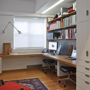 ニューヨークのコンテンポラリースタイルのおしゃれなホームオフィス・書斎 (造り付け机) の写真