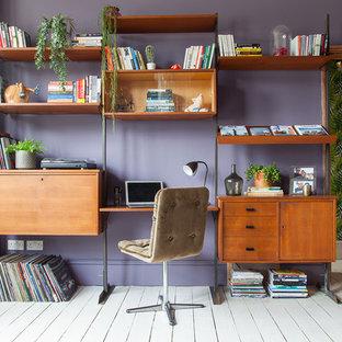 ロンドンの大きいエクレクティックスタイルのおしゃれな書斎 (紫の壁、塗装フローリング、自立型机、白い床) の写真