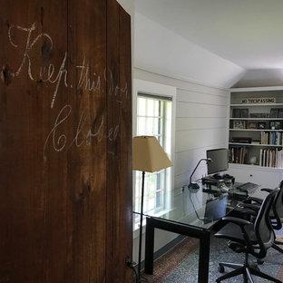 Esempio di un ufficio classico di medie dimensioni con pareti grigie, pavimento in legno verniciato, scrivania autoportante e pavimento blu