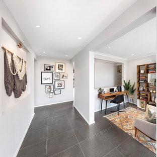 Idee per un ufficio design di medie dimensioni con pareti bianche, pavimento con piastrelle in ceramica, scrivania autoportante e pavimento grigio