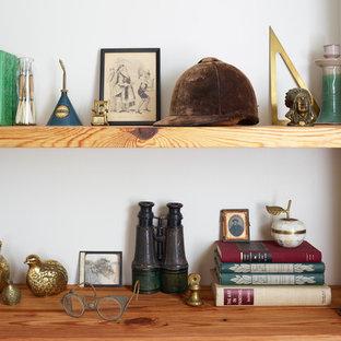 フィラデルフィアの小さいおしゃれなホームオフィス・仕事部屋 (ライブラリー、緑の壁、スレートの床、造り付け机) の写真
