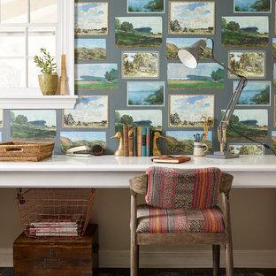 フィラデルフィアの小さいおしゃれなホームオフィス・書斎 (ライブラリー、緑の壁、スレートの床、造り付け机) の写真
