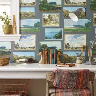 Esempio di un piccolo studio con libreria, pareti verdi, pavimento in ardesia e scrivania incassata