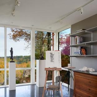 ワシントンD.C.の小さいコンテンポラリースタイルのおしゃれなアトリエ・スタジオ (グレーの壁、コンクリートの床) の写真