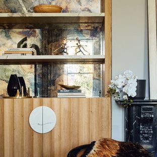 メルボルンの中サイズのコンテンポラリースタイルのおしゃれな書斎 (グレーの壁、塗装フローリング、自立型机) の写真