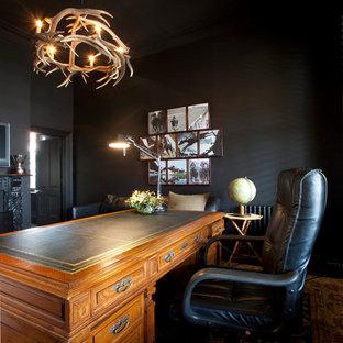 Ejemplo de despacho actual con paredes negras y escritorio independiente