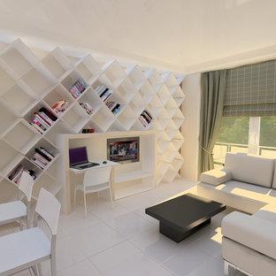 Foto på ett mellanstort funkis hemmabibliotek, med vita väggar, klinkergolv i keramik och ett inbyggt skrivbord