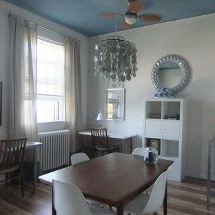 トロントの小さいコンテンポラリースタイルのおしゃれなアトリエ・スタジオ (白い壁、ラミネートの床、自立型机、茶色い床) の写真