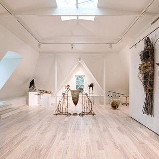 Ispirazione per un atelier minimalista con pareti bianche, parquet chiaro e scrivania autoportante